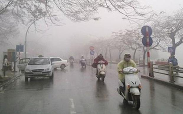 Đêm nay gió mùa đông bắc tràn về, Hà Nội trời mưa rét - Ảnh 1.