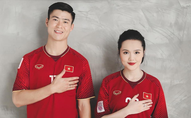 Duy Mạnh gạ công chúa béo Quỳnh Anh chụp ảnh cưới nhí nhảnh với hai số áo đặc biệt ở tuyển Việt Nam - Ảnh 1.