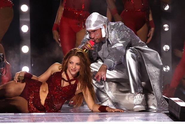 Cát-xê bằng 0, mất 6 tuần chuẩn bị, trang phục 2 triệu viên pha lê và còn nhiều sự thật hết hồn về sân khấu đỉnh cao của Shakira và Jennifer Lopez tại Super Bowl - Ảnh 5.