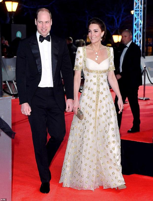 Thảm đỏ gây sốc BAFTAs: Góa phụ đen lấn át cả Công nương Anh, con gái Johnny Depp hở phản cảm bên dàn sao nữ thảm họa - Ảnh 9.