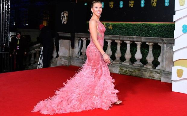 Thảm đỏ gây sốc BAFTAs: Góa phụ đen lấn át cả Công nương Anh, con gái Johnny Depp hở phản cảm bên dàn sao nữ thảm họa - Ảnh 1.