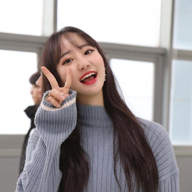 Tới sân xem Son Heung-min chơi bóng, cô nàng fan hâm mộ khiến dân tình ngỡ ngàng bởi gương mặt xinh đẹp, nụ cười tươi rói - Ảnh 6.