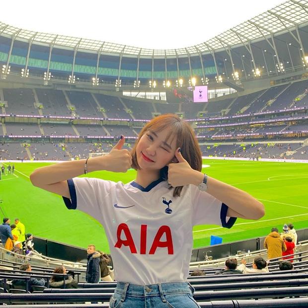 Tới sân xem Son Heung-min chơi bóng, cô nàng fan hâm mộ khiến dân tình ngỡ ngàng bởi gương mặt xinh đẹp, nụ cười tươi rói - Ảnh 1.