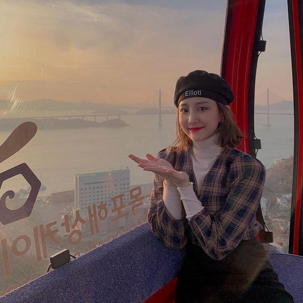 Tới sân xem Son Heung-min chơi bóng, cô nàng fan hâm mộ khiến dân tình ngỡ ngàng bởi gương mặt xinh đẹp, nụ cười tươi rói - Ảnh 5.