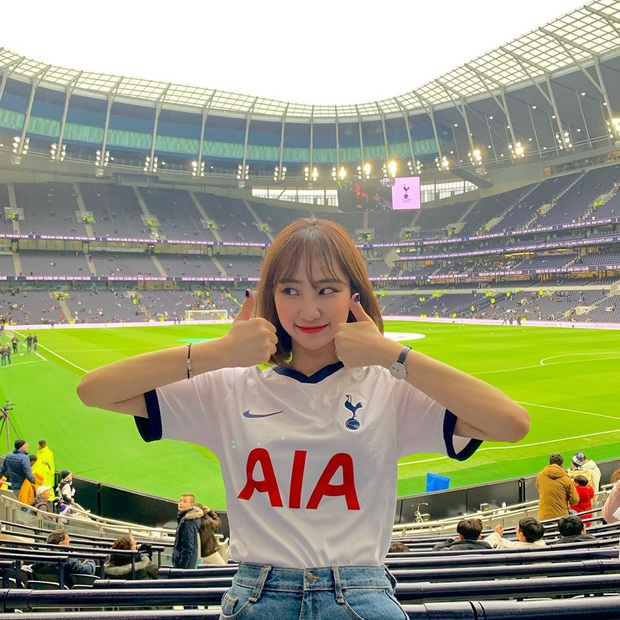 Tới sân xem Son Heung-min chơi bóng, cô nàng fan hâm mộ khiến dân tình ngỡ ngàng bởi gương mặt xinh đẹp, nụ cười tươi rói - Ảnh 2.