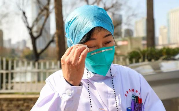 Nữ bác sĩ đầu tiên phát hiện ra virus corona, từng tham gia chiến đấu chống lại SARS giờ trở thành anh hùng của người dân Trung Quốc: Tôi khóc cạn nước mắt của cả đời rồi - Ảnh 1.