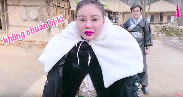 """Dàn sao Bố Già bỗng đồng loạt """"ném gỗ lên trời"""" trong vlog mới của Hari Won, hoá ra là chơi một trò bói đặc biệt của Hàn Quốc - Ảnh 6."""