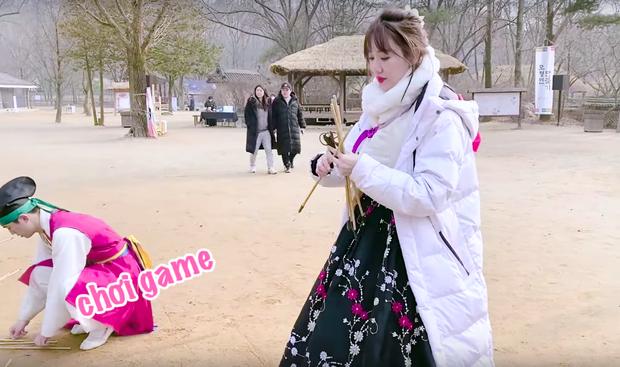 """Dàn sao Bố Già bỗng đồng loạt """"ném gỗ lên trời"""" trong vlog mới của Hari Won, hoá ra là chơi một trò bói đặc biệt của Hàn Quốc - Ảnh 8."""