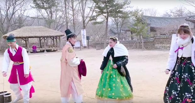 """Dàn sao Bố Già bỗng đồng loạt """"ném gỗ lên trời"""" trong vlog mới của Hari Won, hoá ra là chơi một trò bói đặc biệt của Hàn Quốc - Ảnh 10."""