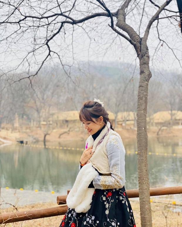 """Dàn sao Bố Già bỗng đồng loạt """"ném gỗ lên trời"""" trong vlog mới của Hari Won, hoá ra là chơi một trò bói đặc biệt của Hàn Quốc - Ảnh 12."""