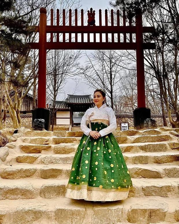 """Dàn sao Bố Già bỗng đồng loạt """"ném gỗ lên trời"""" trong vlog mới của Hari Won, hoá ra là chơi một trò bói đặc biệt của Hàn Quốc - Ảnh 14."""