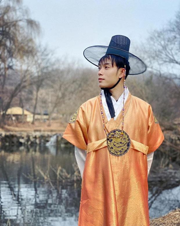 """Dàn sao Bố Già bỗng đồng loạt """"ném gỗ lên trời"""" trong vlog mới của Hari Won, hoá ra là chơi một trò bói đặc biệt của Hàn Quốc - Ảnh 16."""