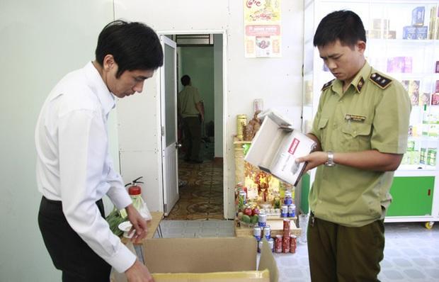 Phát hiện nhà thuốc găm 2.000 khẩu trang y tế dù báo hết hàng - Ảnh 1.
