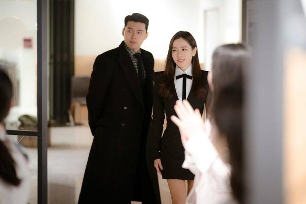 Màn lội ngược dòng đỉnh cao của Son Ye Jin: Diện váy sau Suzy, Yoona... vẫn đẹp xuất sắc dù phối đồ kín hơn hẳn - Ảnh 2.