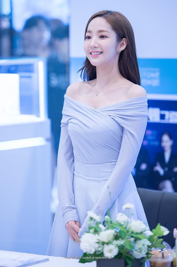 Chiếc áo khoác trông thật cứng nhắc, nhưng khi Park Min Young diện lại ra được nét sexy khó cưỡng mới đỉnh - Ảnh 3.
