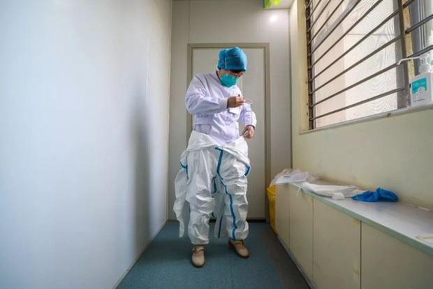 Nữ bác sĩ đầu tiên phát hiện ra virus corona, từng tham gia chiến đấu chống lại SARS giờ trở thành anh hùng của người dân Trung Quốc: Tôi khóc cạn nước mắt của cả đời rồi - Ảnh 4.