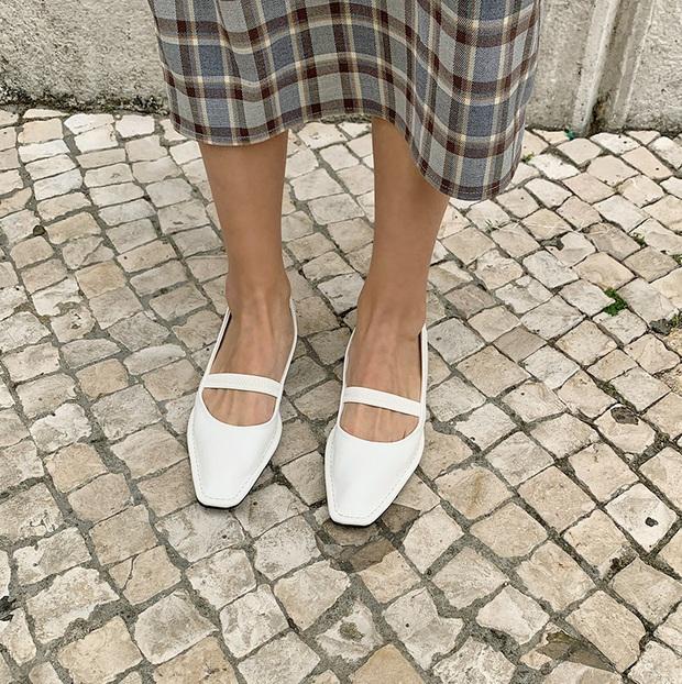 Có thể bạn không thích đu trend nhưng trước vẻ xinh xắn của 3 mẫu giày hot hit nhất Xuân này, nàng nào cũng sẽ muốn sắm vội - Ảnh 4.