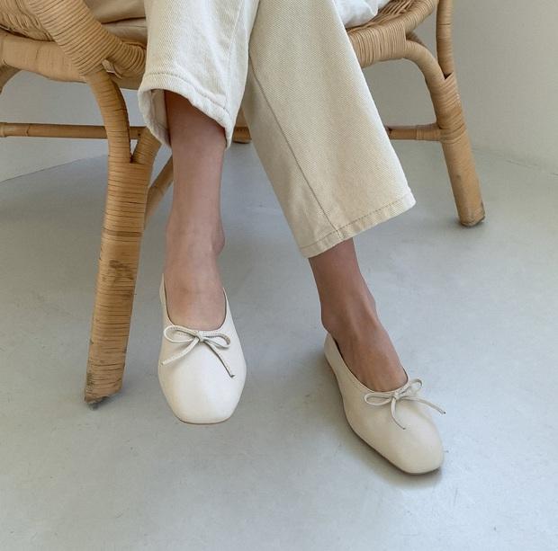 Có thể bạn không thích đu trend nhưng trước vẻ xinh xắn của 3 mẫu giày hot hit nhất Xuân này, nàng nào cũng sẽ muốn sắm vội - Ảnh 5.