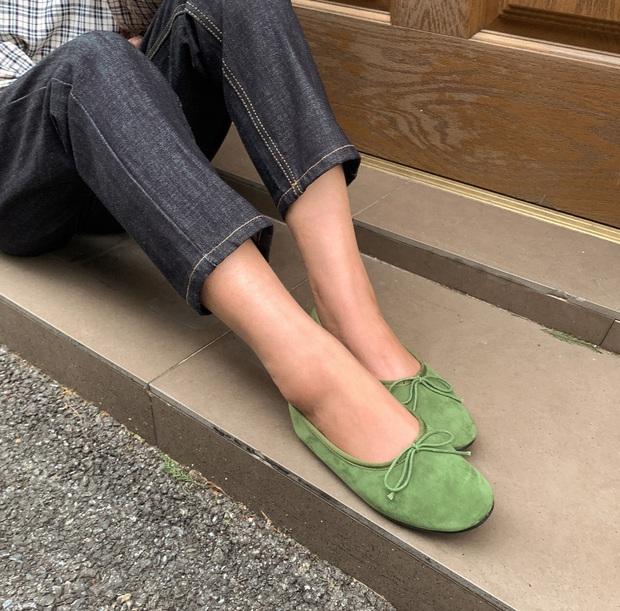 Có thể bạn không thích đu trend nhưng trước vẻ xinh xắn của 3 mẫu giày hot hit nhất Xuân này, nàng nào cũng sẽ muốn sắm vội - Ảnh 7.