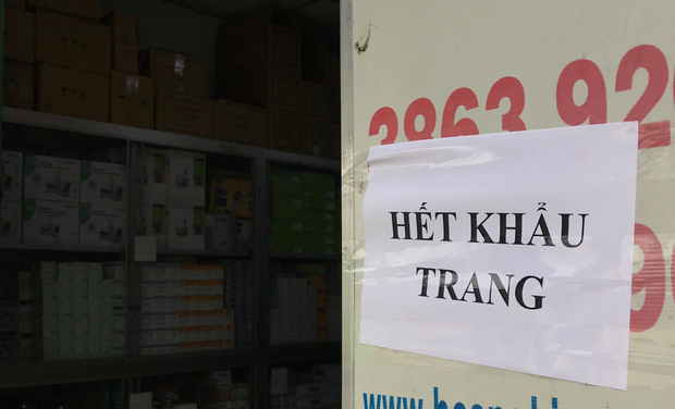 """Tiệm thuốc ở Sài Gòn treo biển hết hàng nhưng lại """"ém"""" 657 chiếc khẩu trang chờ bán giá cao - Ảnh 1."""
