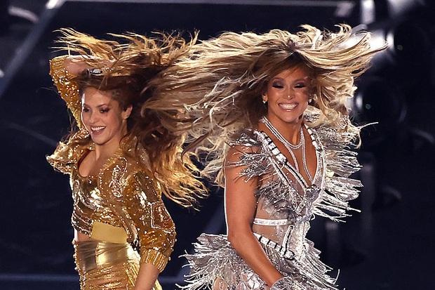 Cát-xê bằng 0, mất 6 tuần chuẩn bị, trang phục 2 triệu viên pha lê và còn nhiều sự thật hết hồn về sân khấu đỉnh cao của Shakira và Jennifer Lopez tại Super Bowl - Ảnh 9.
