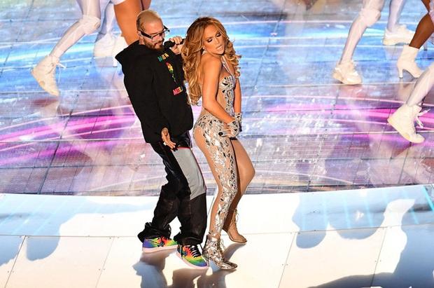Cát-xê bằng 0, mất 6 tuần chuẩn bị, trang phục 2 triệu viên pha lê và còn nhiều sự thật hết hồn về sân khấu đỉnh cao của Shakira và Jennifer Lopez tại Super Bowl - Ảnh 4.
