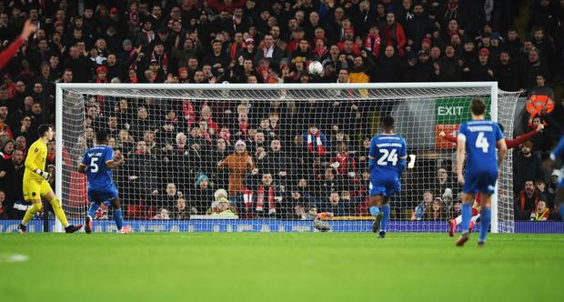 """Phát hiện thú vị: Ngoài đội hình ra sân trẻ nhất lịch sử, Liverpool đi tiếp ở cúp lâu đời nhất thế giới nhờ 2 bàn phản lưới nhà """"cực khó đỡ"""" đều từ các cựu thành viên MU - Ảnh 3."""