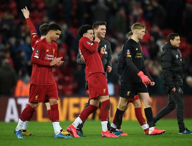 """Phát hiện thú vị: Ngoài đội hình ra sân trẻ nhất lịch sử, Liverpool đi tiếp ở cúp lâu đời nhất thế giới nhờ 2 bàn phản lưới nhà """"cực khó đỡ"""" đều từ các cựu thành viên MU - Ảnh 2."""
