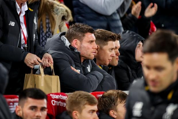 """Phát hiện thú vị: Ngoài đội hình ra sân trẻ nhất lịch sử, Liverpool đi tiếp ở cúp lâu đời nhất thế giới nhờ 2 bàn phản lưới nhà """"cực khó đỡ"""" đều từ các cựu thành viên MU - Ảnh 9."""