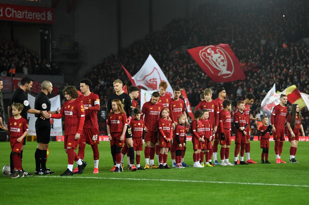 """Phát hiện thú vị: Ngoài đội hình ra sân trẻ nhất lịch sử, Liverpool đi tiếp ở cúp lâu đời nhất thế giới nhờ 2 bàn phản lưới nhà """"cực khó đỡ"""" đều từ các cựu thành viên MU - Ảnh 1."""