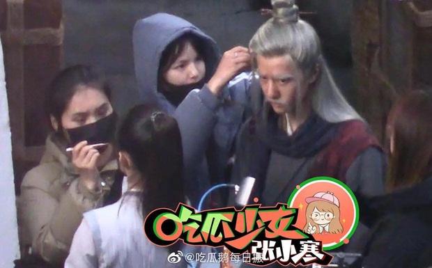 Loạt ảnh hậu trường không đeo khẩu trang của Triệu Lệ Dĩnh - Vương Nhất Bác ở bộ phim Hữu Phỉ - Ảnh 2.