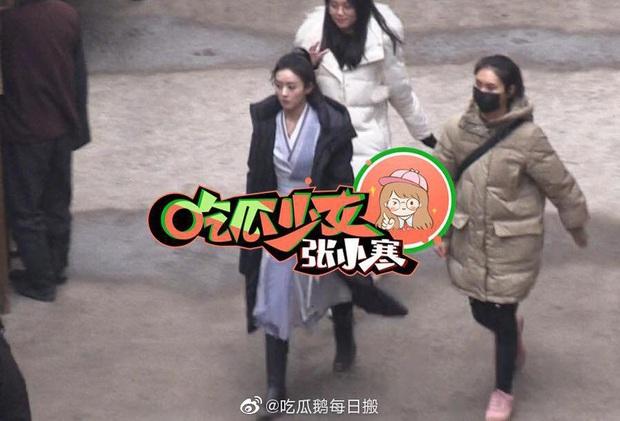 Loạt ảnh hậu trường không đeo khẩu trang của Triệu Lệ Dĩnh - Vương Nhất Bác ở bộ phim Hữu Phỉ - Ảnh 3.