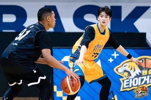 Đã đẹp trai còn chơi bóng rổ giỏi, thảo nào Cha Eunwoo (ASTRO) được phái nữ nô nức chọn làm bạn trai - Ảnh 2.