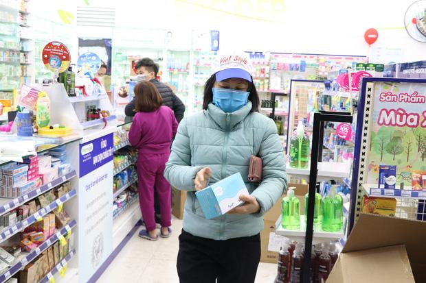 Hà Nội: Hàng trăm cư dân chung cư xếp hàng dưới trời mưa lạnh giữa đêm khuya để mua khẩu trang - Ảnh 6.