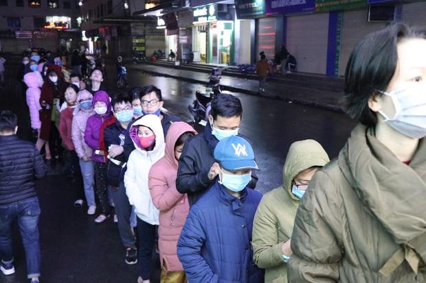 Hà Nội: Hàng trăm cư dân chung cư xếp hàng dưới trời mưa lạnh giữa đêm khuya để mua khẩu trang - Ảnh 2.