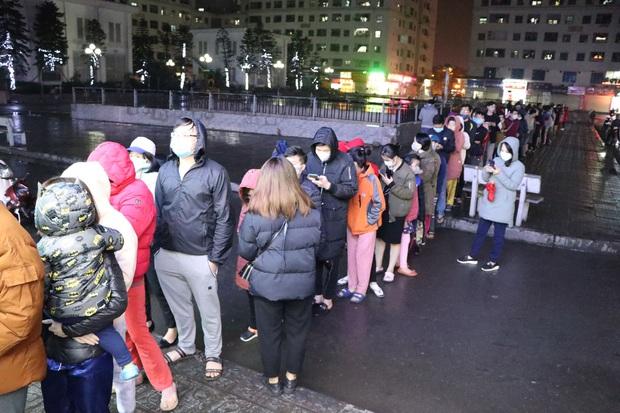 Hà Nội: Hàng trăm cư dân chung cư xếp hàng dưới trời mưa lạnh giữa đêm khuya để mua khẩu trang - Ảnh 1.