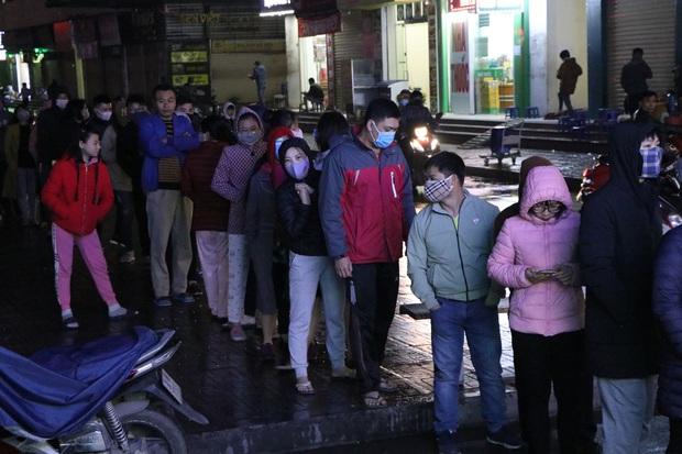 Hà Nội: Hàng trăm cư dân chung cư xếp hàng dưới trời mưa lạnh giữa đêm khuya để mua khẩu trang - Ảnh 9.