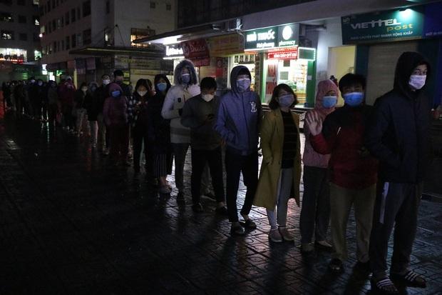 Hà Nội: Hàng trăm cư dân chung cư xếp hàng dưới trời mưa lạnh giữa đêm khuya để mua khẩu trang - Ảnh 7.