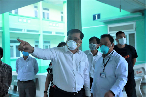 Chủ tịch Đà Nẵng vào khu cách ly thăm các bệnh nhân nghi nhiễm virus Corona - Ảnh 1.