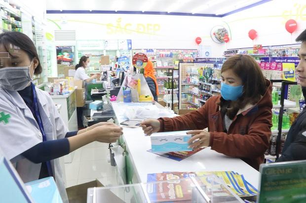 Hà Nội: Hàng trăm cư dân chung cư xếp hàng dưới trời mưa lạnh giữa đêm khuya để mua khẩu trang - Ảnh 4.