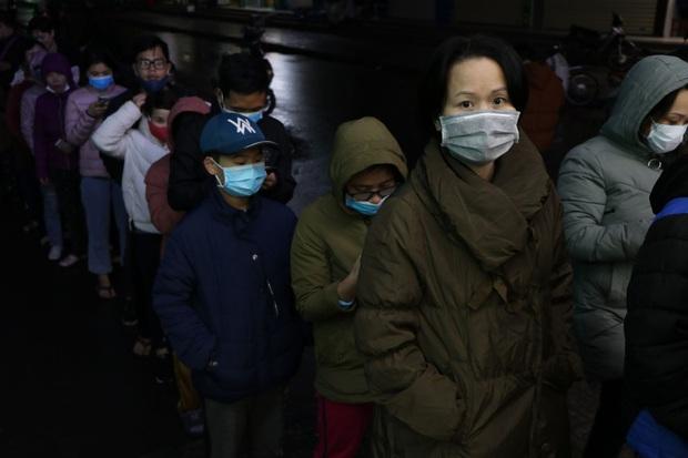 Hà Nội: Hàng trăm cư dân chung cư xếp hàng dưới trời mưa lạnh giữa đêm khuya để mua khẩu trang - Ảnh 10.