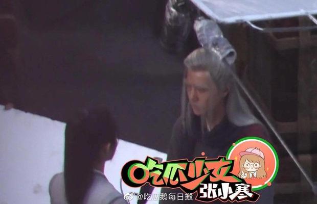 Loạt ảnh hậu trường không đeo khẩu trang của Triệu Lệ Dĩnh - Vương Nhất Bác ở bộ phim Hữu Phỉ - Ảnh 7.