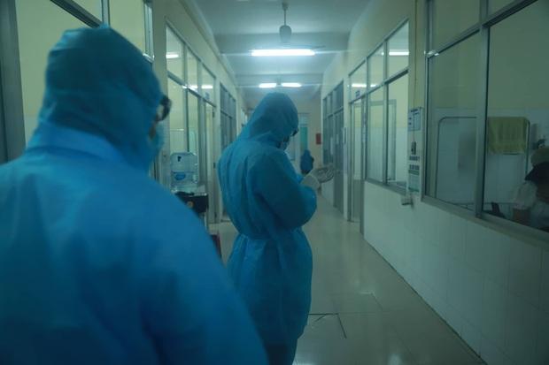 Chủ tịch Đà Nẵng vào khu cách ly thăm các bệnh nhân nghi nhiễm virus Corona - Ảnh 3.