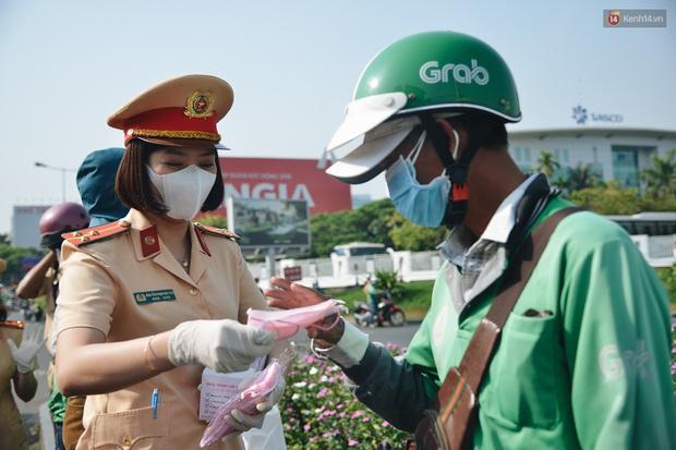 """Hành khách đi sân bay Tân Sơn Nhất bất ngờ khi được các """"bóng hồng"""" CSGT đội nắng phát khẩu trang miễn phí - Ảnh 7."""