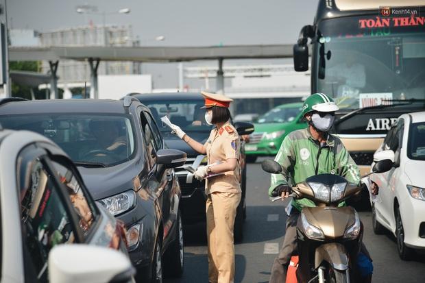 """Hành khách đi sân bay Tân Sơn Nhất bất ngờ khi được các """"bóng hồng"""" CSGT đội nắng phát khẩu trang miễn phí - Ảnh 8."""