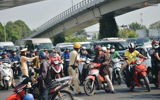"""Hành khách đi sân bay Tân Sơn Nhất bất ngờ khi được các """"bóng hồng"""" CSGT đội nắng phát khẩu trang miễn phí - Ảnh 6."""
