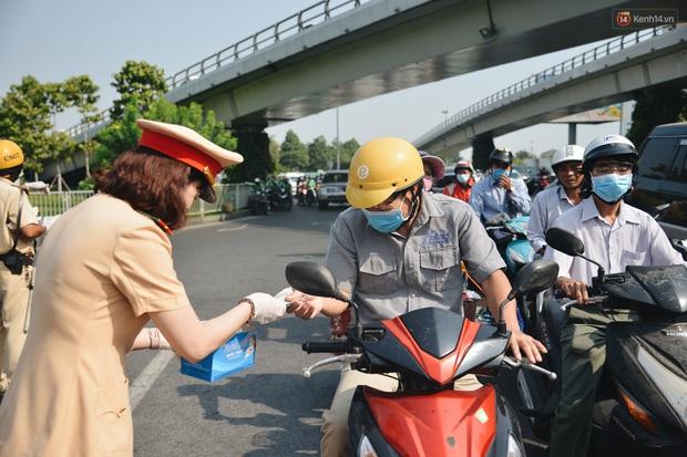 """Hành khách đi sân bay Tân Sơn Nhất bất ngờ khi được các """"bóng hồng"""" CSGT đội nắng phát khẩu trang miễn phí - Ảnh 5."""
