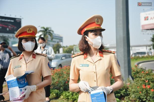 """Hành khách đi sân bay Tân Sơn Nhất bất ngờ khi được các """"bóng hồng"""" CSGT đội nắng phát khẩu trang miễn phí - Ảnh 1."""