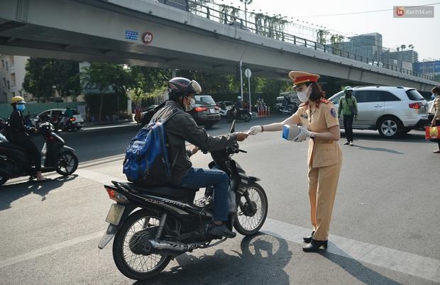 """Hành khách đi sân bay Tân Sơn Nhất bất ngờ khi được các """"bóng hồng"""" CSGT đội nắng phát khẩu trang miễn phí - Ảnh 4."""