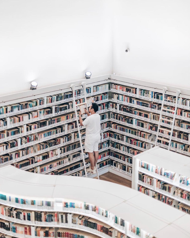 Quên những địa điểm check in đã quá quen thuộc đi, trend mới khi đến Singapore là phải sống ảo ở thư viện mới chuẩn nhé! - Ảnh 2.
